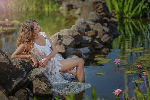 Фото Модель Yulya Bondareva сидит в озере с кувшинками, фотограф Malika Drobot