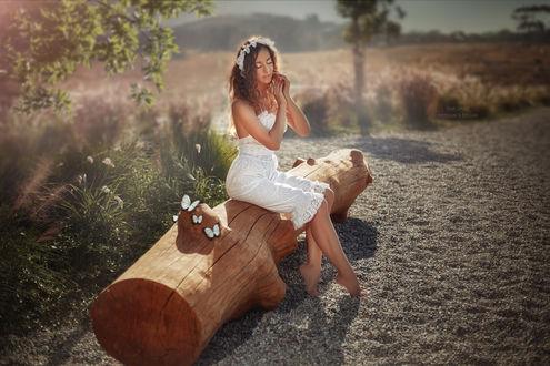 Фото Модель Yulya Bondareva замечталась, сидя на бревне, фотограф Malika Drobot
