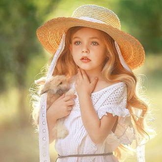 Фото Девочка в шляпке, с кроликом в руке. Фотограф Ирина Недялкова