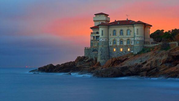 Фото Замок на камнях у моря, Италия