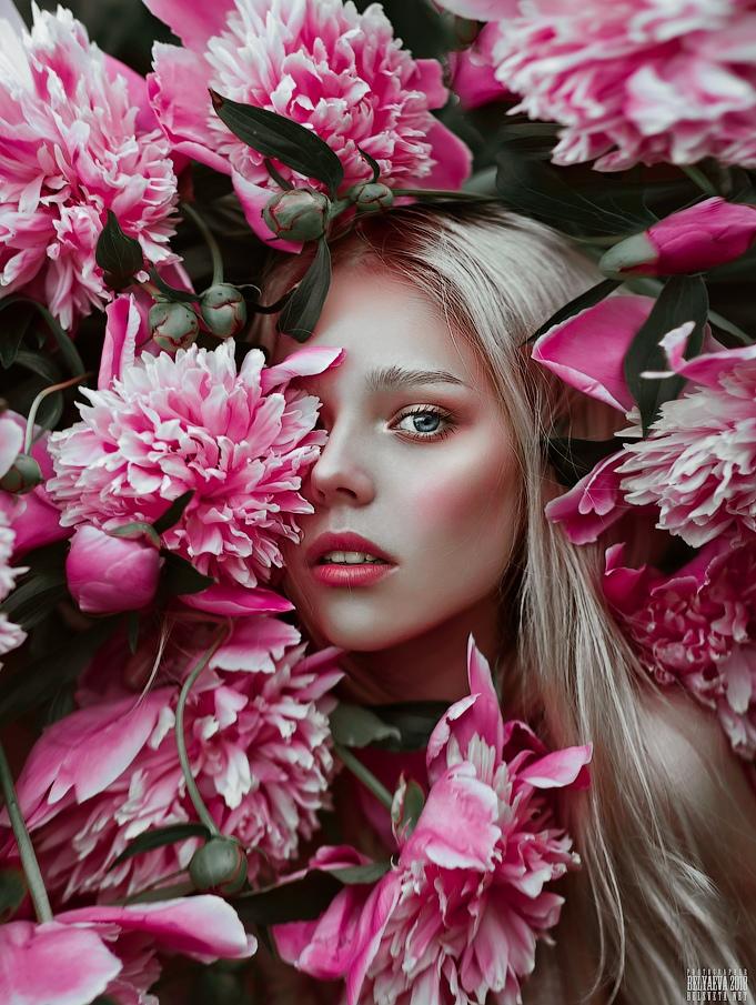 Фото Девушка в окружении пионов. Фотограф Светлана Беляева