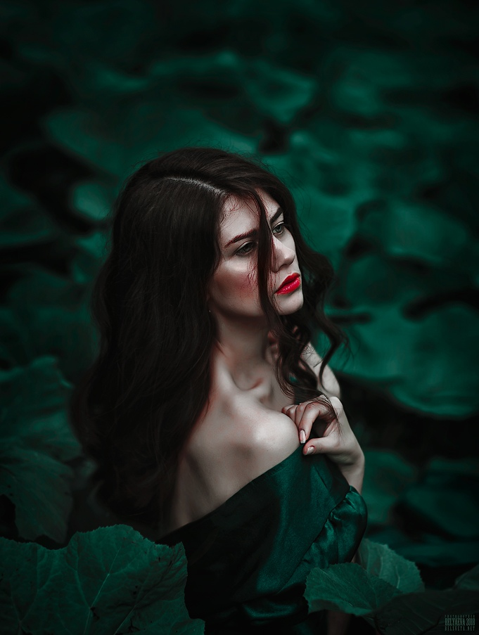 Фото Девушка стоит среди листвы. Фотограф Светлана Беляева