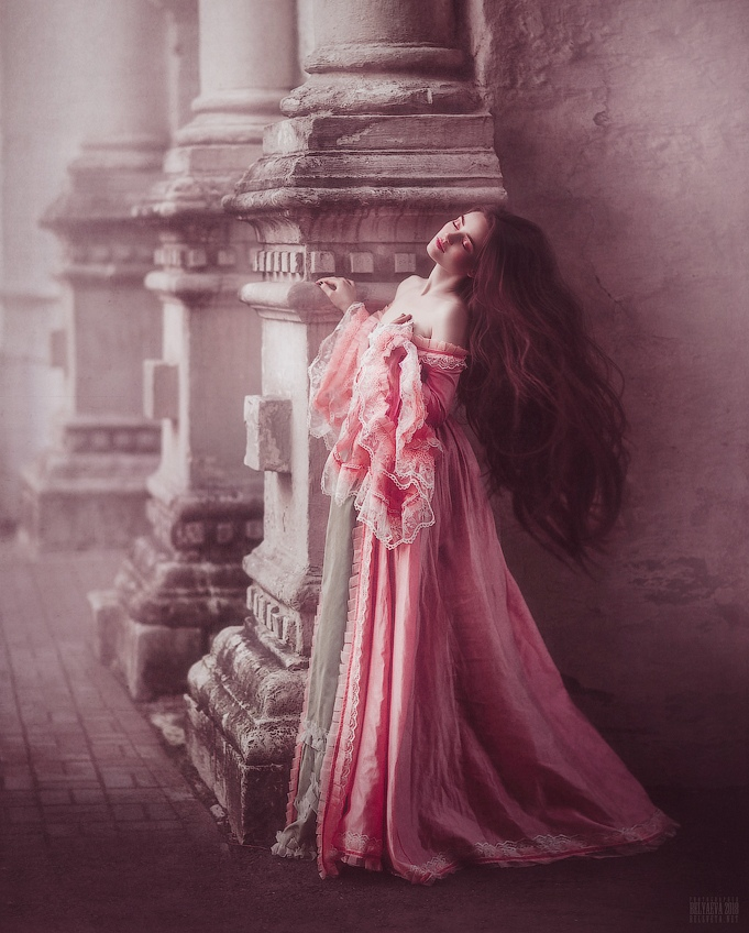 Фото Девушка в длинном платье стоит у колонны. Фотограф Светлана Беляева