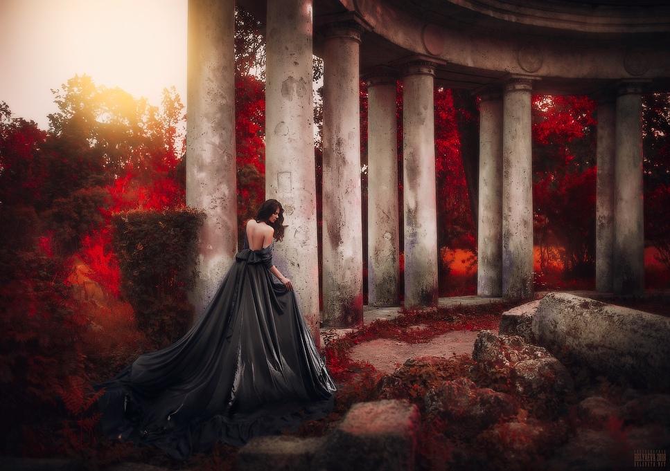 Фото Девушка стоит у колонны. Фотограф Светлана Беляева