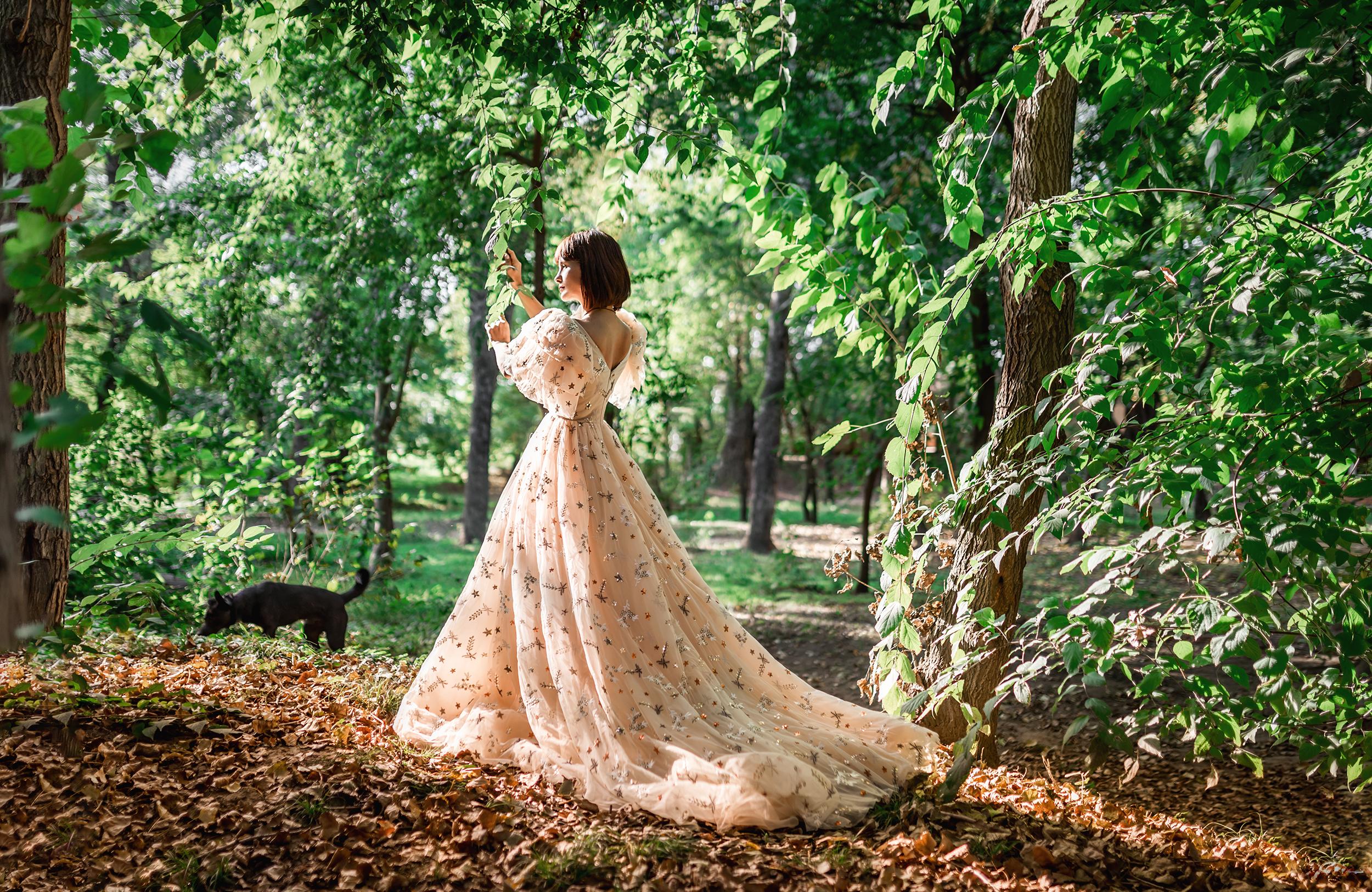 Фото Девушка в длинном платье стоит у дерева. Фотограф Георгий Дьяков