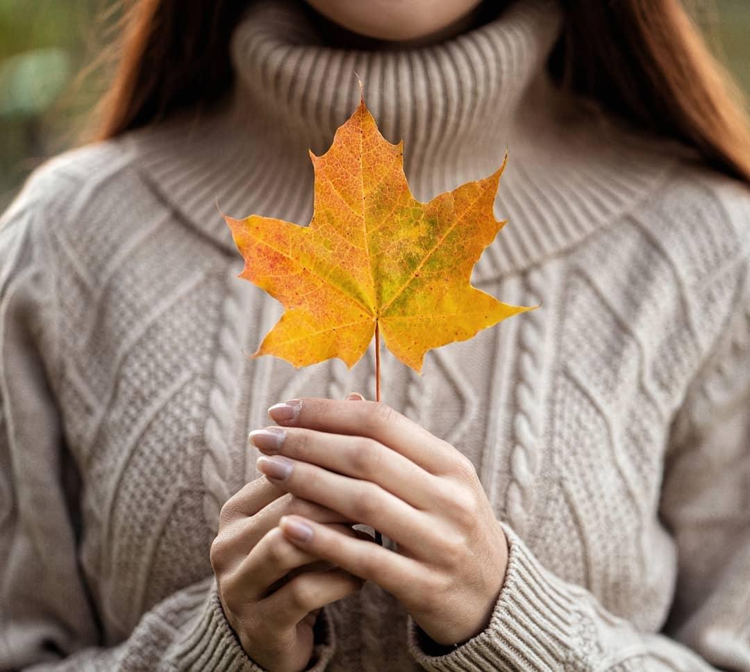 Фото В руках девушки осенний лист. Фотограф Valeriya Tikhonova