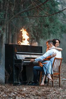 Фото Девушка обнимает мужчину, который играет на пианино с огнем. Фотограф Евгений Ли
