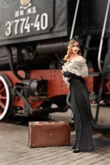 Фото Девушка стоит у поезда. Фотограф Евгений Ли
