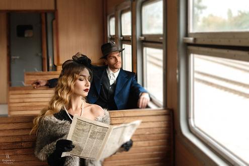Фото Девушка и мужчина едут в поезде. Фотограф Евгений Ли