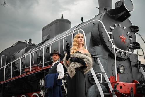 Фото Девушка и парень стоят на фоне поезда. Фотограф Евгений Ли