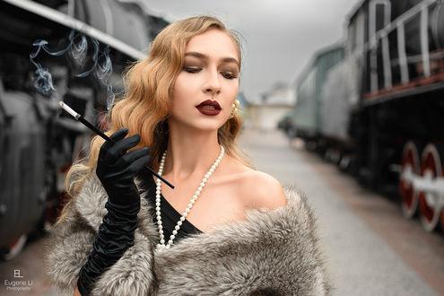 Фото Девушка стоит между поездами. Фотограф Евгений Ли