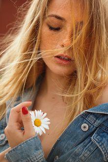 Фото Модель Ольга Кобзар с ромашкой в руке, фотограф Ана Диас / Ana Dias