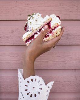 Фото В руке девушки кусочек торта