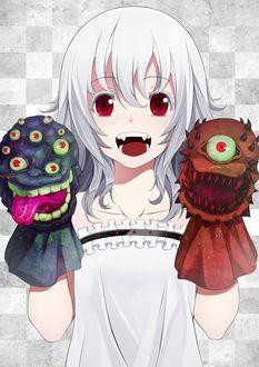 Фото Белокурая красноглазая девочка-вампирка с надетыми на руки игрушечными монстрами улыбается