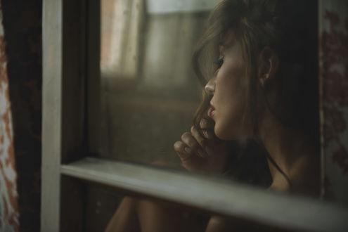 Фото Модель Inez Lajblich сидит за окном. Фотограф Lukasz Derengowski