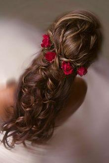 Фото Девушка с розами в волосах