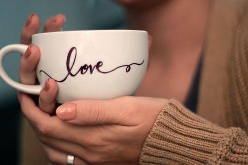 Фото В руках девушки чашка с надписью Love / любовь