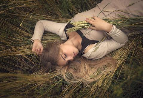 Фото Девушка лежит на траве. Фотограф Valeriya Tikhonova