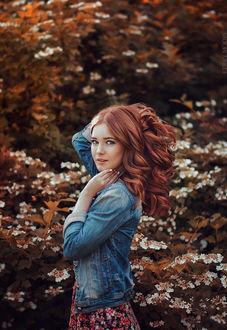 Фото Модель Татьяна стоит на фоне природы. Фотограф Kerry Moore
