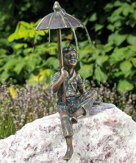 Фото Бронзовая скульптура мальчика с зонтиком в руке
