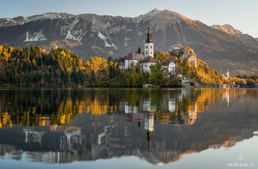 Фото Паломническая церковь Успения Пресвятой Богородицы в окружении деревьев. Фотограф Wim Air