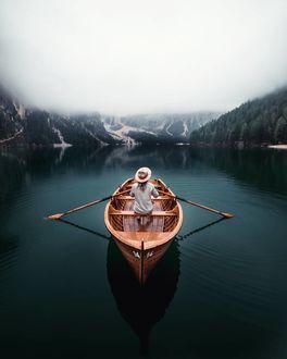 Фото Девушка в шляпе сидит в лодке посреди озера, by Marcel Siebert