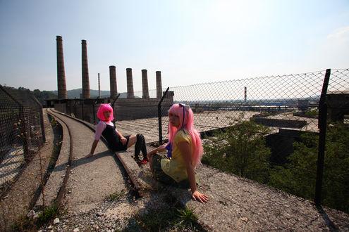 Фото Косплей Марико Курама / Mariko Kurama и Люси / Lucy из аниме Эльфийская Песня / Elfen Lied сидят на каменной дороге с изгородью возле заброшенных металлических рельс
