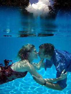 Фото Поцелуй влюбленных под водой