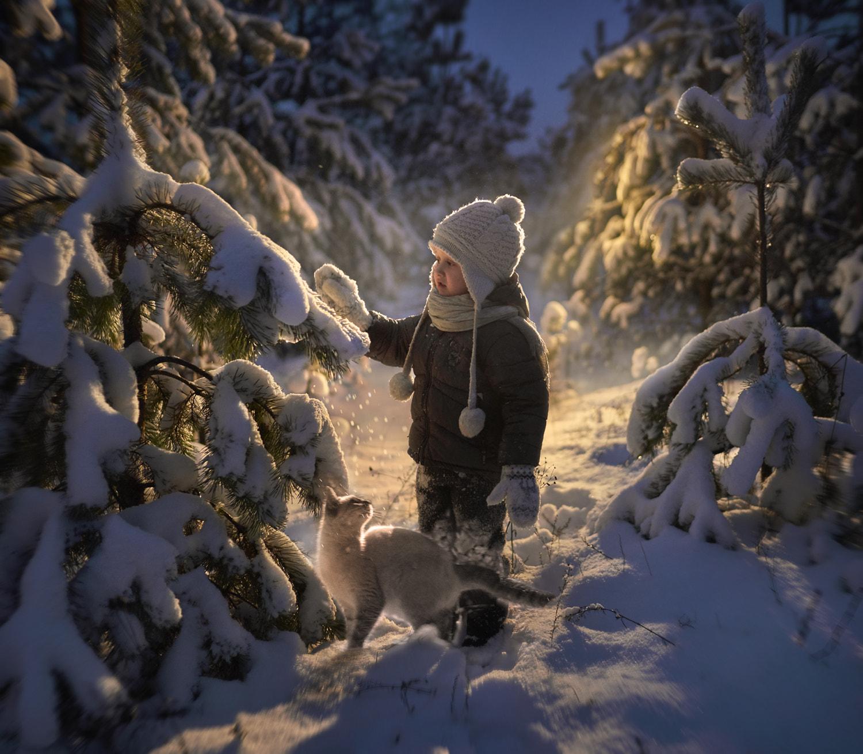 Ребенок стоит у елки в снегу, by Elena Shumilova