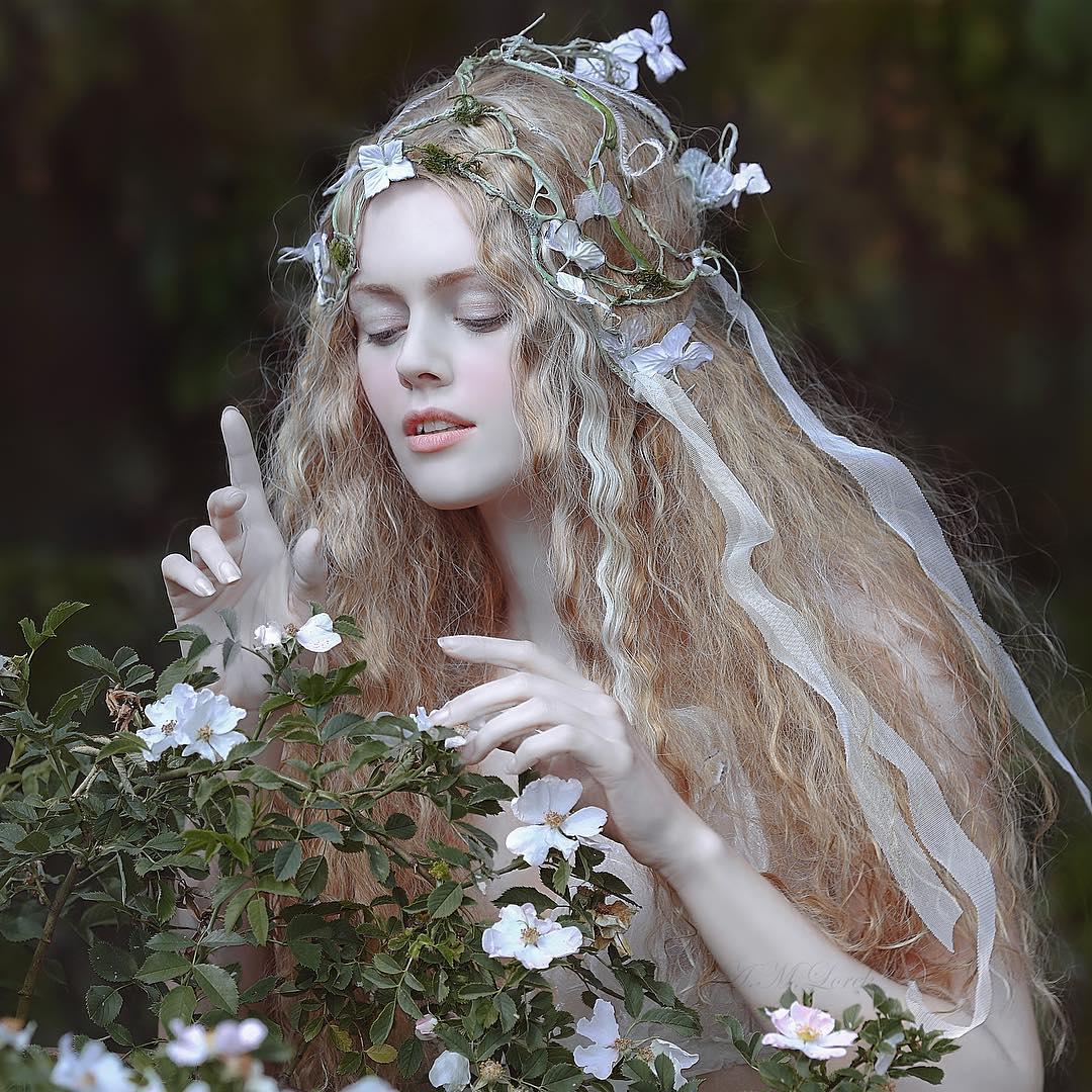 Красивая девушка стоит у цветущего куста, by Agnieszka Lorek
