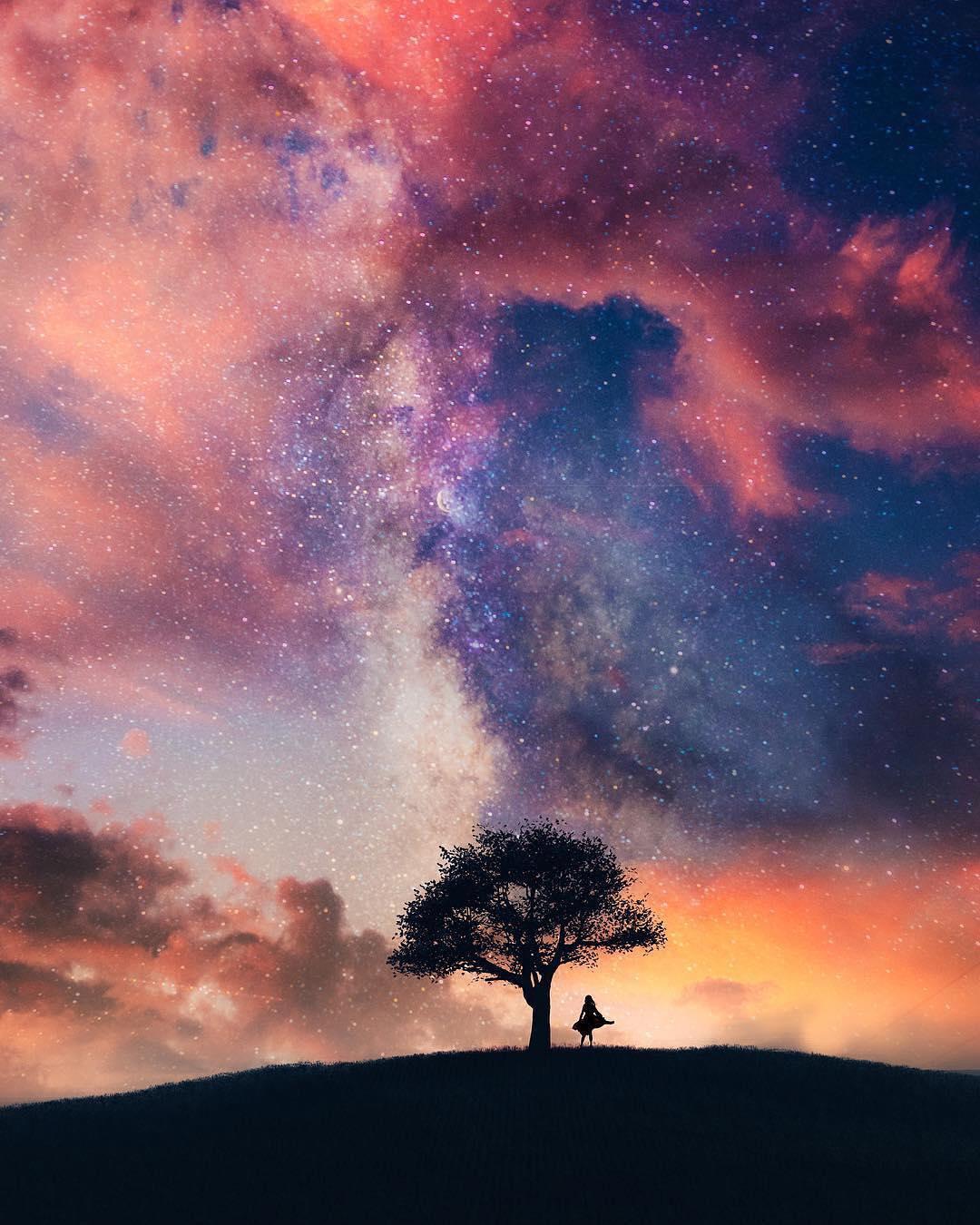 Фото Девушка стоит у дерева на фоне облачного неба