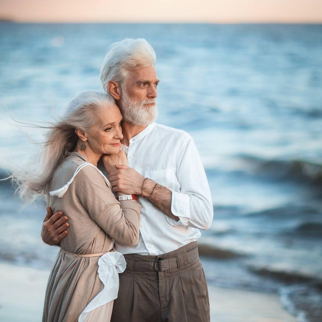 Фото Обнявшаяся пожилая пара на фоне моря, модели Валентина Ясень и Сергей Арктика, фотограф Ирина Недялкова