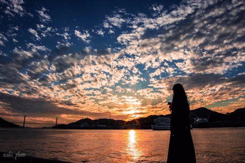 Фото Девушка у водоема на фоне облачного неба, zaki_photo