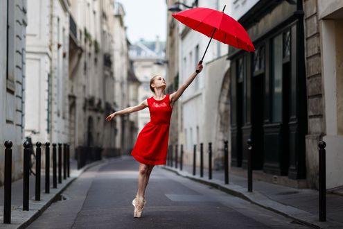 Фото Девушка в красном платье с красным зонтом в руке