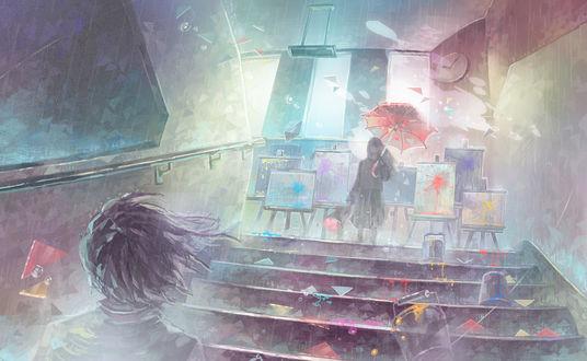 Фото Парень смотрит на девушку с зонтом в одной руке и букетом цветов в другой руке, стоящую на ступеньках