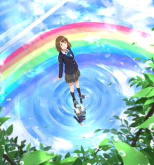 Фото Школьница стоит в воде, в которой отражается радуга