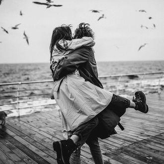 Фото Парень держит девушку на руках на набережной, by maleyphoto