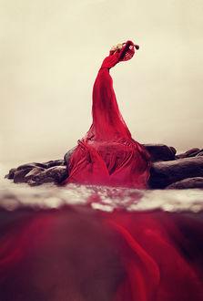 Фото Девушка в длинном красном платье. Фотограф - художник Килли Спэрри / Kylli Sparre