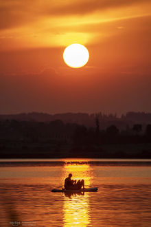 Фото Парень с девушкой на воде на фоне заката солнца