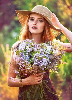 Фото Девушка в шляпке с букетом цветов. Фотограф Меньтюгова Наталья