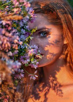 Фото Девушка стоит у цветов. Фотограф Меньтюгова Наталья