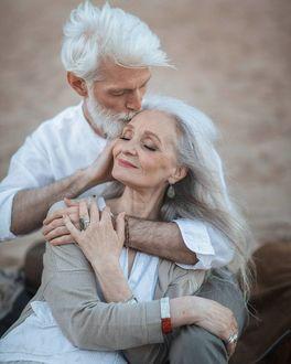 Фото Седовласый мужчина целует женщину в висок, модели Валентина Ясень и Сергей Арктика, фотограф Ирина Недялкова