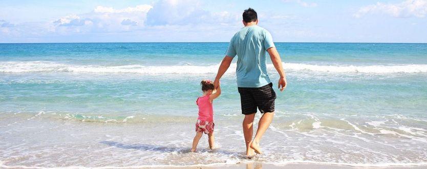 Фото Отец с ребенком на фоне моря