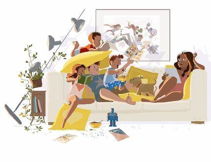 Фото Семья отдыхает на диване, мать читает газету, отец в окружении детей
