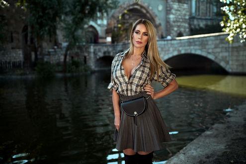 Фото Девушка стоит у городского пруда. Фотограф Peter Paszternak