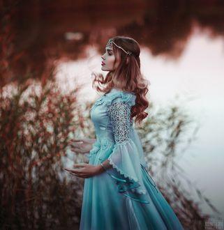 Фото Девушка в голубом платье стоит на фоне водоема. Фотограф Светлана Беляева