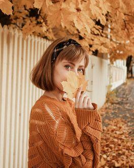 Фото Девушка с осенним листом в руке, by annasofiaparkby
