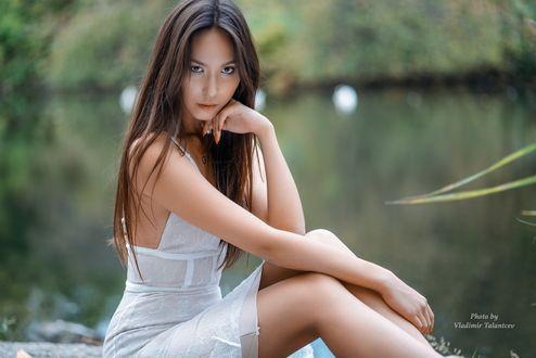 Фото Девушка с длинными волосами сидит на фоне водоема, фотограф Vladimir Talantcev
