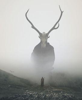 Фото Воин стоит на вершине холма и смотрит на монстра с головой-рогатым черепом, окутаннго туманом