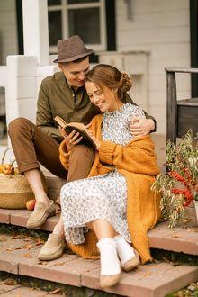 Фото Парень и девушка сидят на пороге дома, фотограф Ирина Недялкова